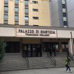 Si cosparge di liquido infiammabile davanti al tribunale: fermato dai carabinieri