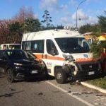 Singolare incidente in Calabria: l'ambulanza si scontra con un'auto davanti l'ospedale